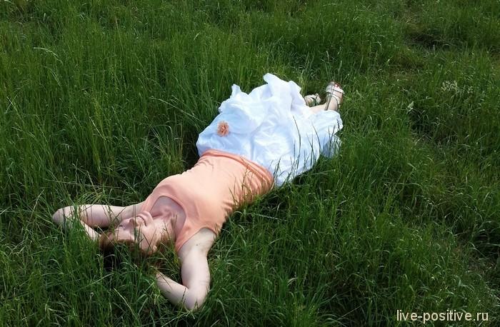 в траве под солнцем