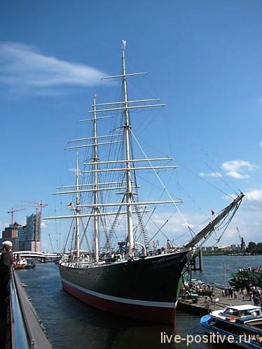 Корабль с мачтами
