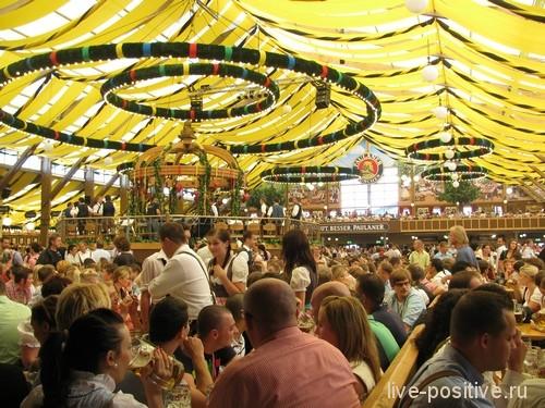 Внутри палатки во время Октоберфеста