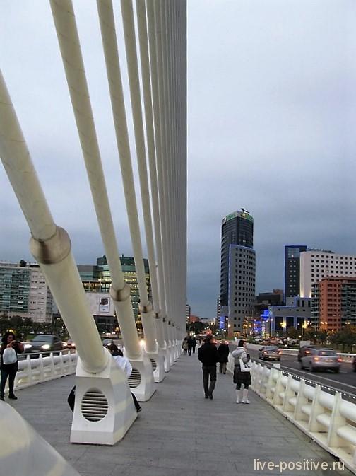 Мост - тоже футуристический