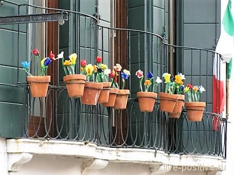 Стеклянные цветы на балконе